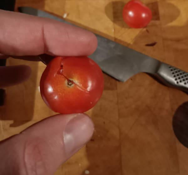 Cherry tomato in pesto pizza